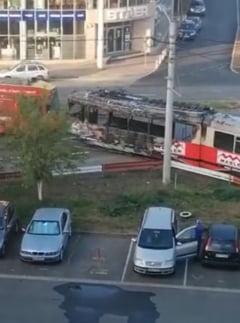 Un tramvai a luat foc in trafic, la Arad. Se afla in circulatie de 30 de ani!