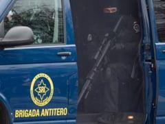 Un troler suspect aflat sub o masina a alertat trupele speciale ale SRI. Interventie pe o strada de langa Guvern