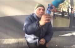 Un vlogger din Barcelona risca inchisoarea, dupa ce a hranit un cersetor roman cu pasta de dinti (Video)