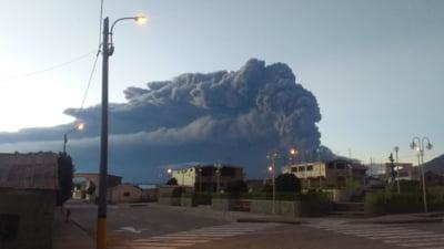 Un vulcan a erupt in Peru: Explozii si ploi de cenusa si gaz, sute de oameni evacuati (Foto, video)
