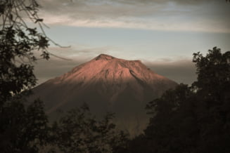 Un vulcan de pe insula Sumatra din Indonezia a erupt. Companiile aeriene, avertizate de autoritati