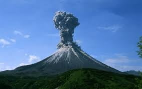 Un vulcan erupe - Coloana de cenusa de doi kilometri