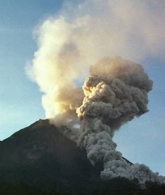 Un vulcan indonezian a inceput sa erupa