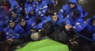 Una dintre victimele jandarmului povesteste ce s-a intamplat: Ochelarii mi s-au strambat, am fost ametit minute bune