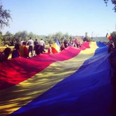 Unire simbolica: Un tricolor de 300 de metri a fost intins pe podul de peste Prut