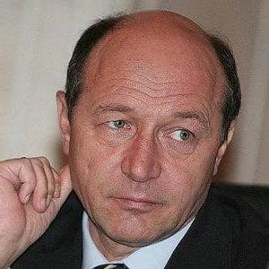 Unul din doi romani e nemultumit de Traian Basescu si Emil Boc