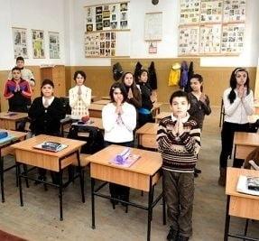 Unul din doi romani vrea ca religia sa fie obligatorie in scoli - ce cred ateii