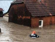 Urmarile codului rosu de inundatii in Bihor si Hunedoara: copaci cazuti, drumuri blocate si case si curti inundate