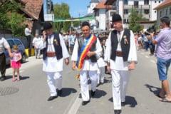 """VAIDEENI: Ministrul Lazar Comanescu, imbracat in port popular la """"Invartita Dorului"""""""