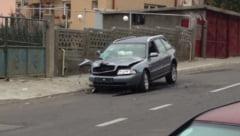 VIDEO - FOTO Un tanar de 19 ani a intrat cu masina intr-un gard. Avea o alcoolemie de 0.72 la volan