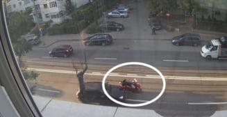 VIDEO - Momentul in care o soferita din Iasi izbeste un motociclist ce mergea paralel cu ea