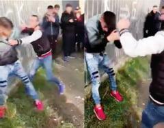 VIDEO: Bataie cu pumni si picioare intre doi elevi de liceu; in loc sa-i desparta, colegii i-au cerut agresorului sa dea pana curge sangele