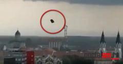 VIDEO. Bucati de tabla purtate de vant la zeci de metri deasupra orasului