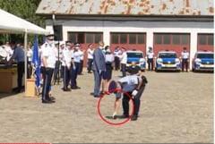 VIDEO. Moment comic la ceremonia de inmanare a pistoalelor Beretta. Un politist a scapat pe jos arma de 400 de euro primita de la ministrul Marcel Vela