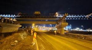 VIDEO| Pe autostrada A10 Sebes-Turda, la nodul rutier Sebes, constructorii noaptea nu... dorm! Se lanseaza grinzile peste DN1