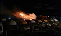 VIDEO 27 de masini au ars intr-un un parc auto din judetul Buzau. Cauza incendiului