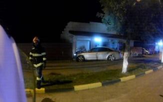 VIDEO Accident cu scandal la Tecuci. Soferul unui Audi a intrat cu masina in fatada unui magazin si s-a certat cu trecatorii