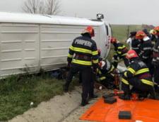 VIDEO Accident pe autostrada. O persoana a murit, dupa ce un microbuz cu sapte pasageri s-a rasturnat