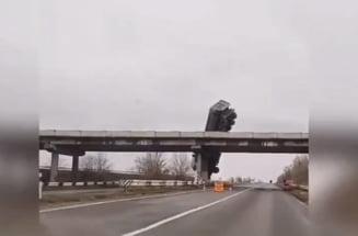 VIDEO Accident spectaculos. Un TIR a ramas suspendat deasupra unei sosele, dupa ce a derapat