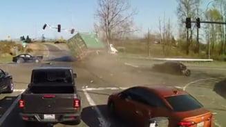 VIDEO Accident spectaculos intr-o intersectie din statul american Washington