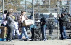 VIDEO Actorul Brad Pitt impreuna cu basistul trupei RHCP au venit in ajutorul familiilor nevoiase din Los Angeles