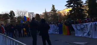 "VIDEO Aproximativ 100 de persoane protesteaza fata de noile restrictii in fata Prefecturii din Constanta: ""Vrem democratie, nu puscarie!"""