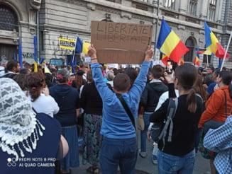 "VIDEO Au protestat fara masti, inghesuindu-si copiii la manifestatii. Mesajele protestatarilor anti-""botnita"" din Romania: ""Copiii nostri nu sunt cobaii vostri"""