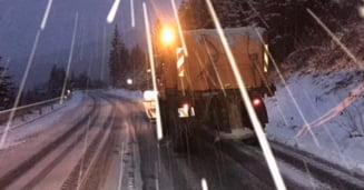 VIDEO Autoritatile avertizeaza soferii: Drumurile sunt acoperite cu zapada in mai multe judete din tara