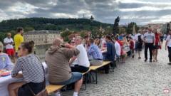 """VIDEO Banchet cu mii de oameni in centrul orasului Praga pentru a marca """"sfarsitul crizei coronavirusului"""""""