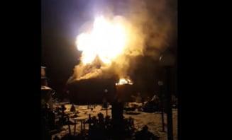 VIDEO Biserica veche de lemn din Suceava, cuprinsa de un incendiu devastator