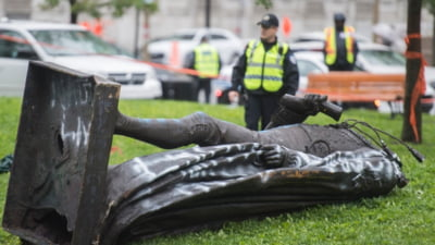 VIDEO Canada: Manifestanti anti-rasisti au daramat o statuie a unui premier din Montreal