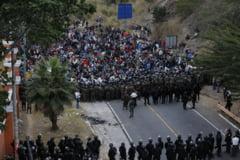 VIDEO Caravana celor 9.000 de migranti din Honduras, oprita de politia din Guatemala cu gaze lacrimogene si bastoane