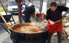"""VIDEO Carnea de porc la ceaun, la mare cautare printre ramnicenii prezenti la Festivalul """"Pomana Porcului"""""""
