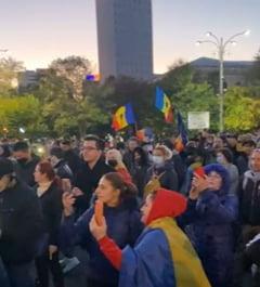 VIDEO Cateva zeci de persoane protesteaza in Piata Victoriei fata de restrictiile impuse pentru a preveni raspandirea infectiilor cu noul coronavirus
