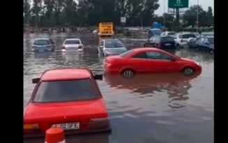 """VIDEO Centrul orasului Slobozia, scufundat in apa dupa o rupere de nori. """"Da, a plouat putin"""""""