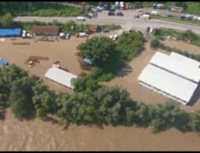 VIDEO Cod rosu de inundatii pe raul Jiu. Un drum s-a prabusit din cauza viiturii. Sute de oameni, evacuati