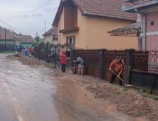 VIDEO Comuna-model a Romaniei, grav inundata dupa o furtuna violenta. Primarul a iesit sa munceasca cot la cot cu localnicii pentru desfundarea strazilor