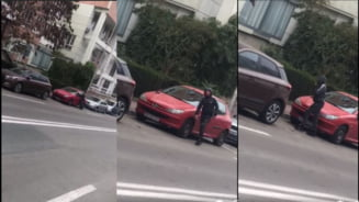 "VIDEO Copil filmat cand sparge o masina, in plina zi: ""Baiete, te filmez. Pune inapoi ce ai luat"""