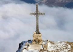 VIDEO Crucea de pe platoul Caraiman a fost resfintita in cadrul unei ceremonii religioase la care a participat ministrul Apararii