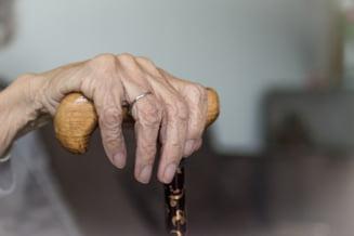 VIDEO Cum au reusit cativa detinuti sa pacaleasca o femeie de 77 de ani sa le dea 132.000 de euro. Sunau din penitenciar si spuneau ca sunt calugari