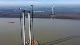 VIDEO Cum evolueaza constructia podului de peste Dunare de la Braila: muncitorii lucreaza la grinzile celor doua turnuri