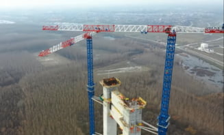 VIDEO Cum evolueaza lucrarile la podul peste Dunare de la Braila: turnurile de pe cele doua maluri se inalta spectaculos