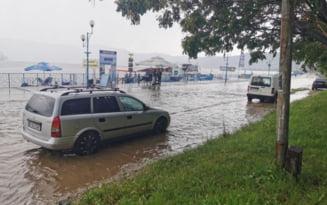 VIDEO Cum se amuza orsovenii cand s-au trezit cu faleza inundata