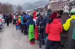 VIDEO Dezmat filmat pe partiile de schi din Bulgaria, unde coada la instalatiile de urcare se intinde pe kilometri. Majoritatea oamenilor vorbesc romana
