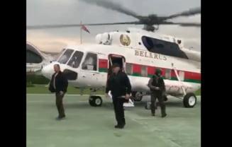 VIDEO Dictatorul Lukasenko, filmat inarmat cu o mitraliera Kalashnikov la coborarea din elicopterul prezidential. Peste 100.000 de oameni protesteaza in acest timp in Minsk