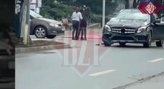 VIDEO Doua soferite si-au impartit pumni in Iasi dupa o ciocnire in trafic. Mercedesul uneia dintre ele a fost avariat serios