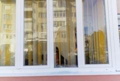 VIDEO FOTO Batranica terorizata de un necunoscut la Sibiu. I-a spart geamurile balconului cu pietre