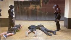 VIDEO FOTO Interventie in forta a trupelor speciale la metrou. Ce arme au gasit jandarmii la suporteri