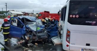 VIDEO FOTO Un TIR a lovit un autobuz la Iasi si l-a proiectat intr-un microbuz aflat pe contrasens. Un om a murit si 13 sunt raniti