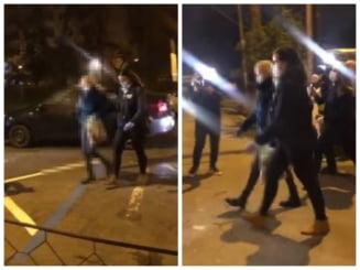 VIDEO Femeia care realiza ilegal operatii estetice, filmata in drum spre sediul Politiei. Dr. Lana ar putea fi retinuta dupa audieri